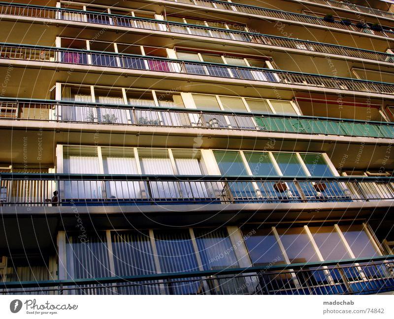 PASSAGIERE SIND NUR BESUCHER Haus Hochhaus Gebäude Material Fenster live Block Beton Etage Vermieter Mieter trist Ghetto hässlich Stadt Design Bürogebäude