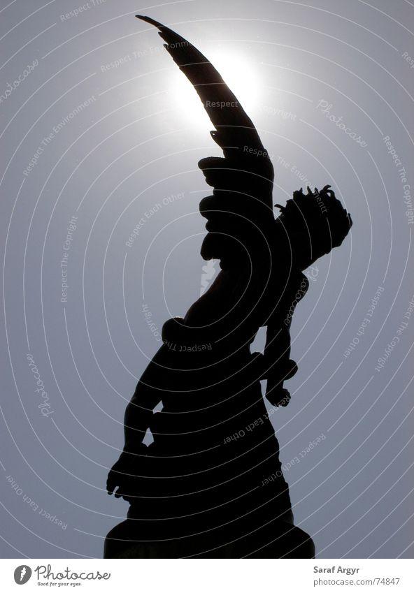 Fallen Angel Silhouette schwarz Teufel Statue Bildende Kunst Madrid Spanien Park Platz verlieren rebellieren Sünde Gegenlicht Engel cherub gefallener engel