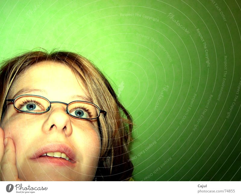 Gedanken verloren Frau blau Hand grün Gesicht Auge feminin Wand Haare & Frisuren Denken träumen Mund Nase Finger Brille Wunsch