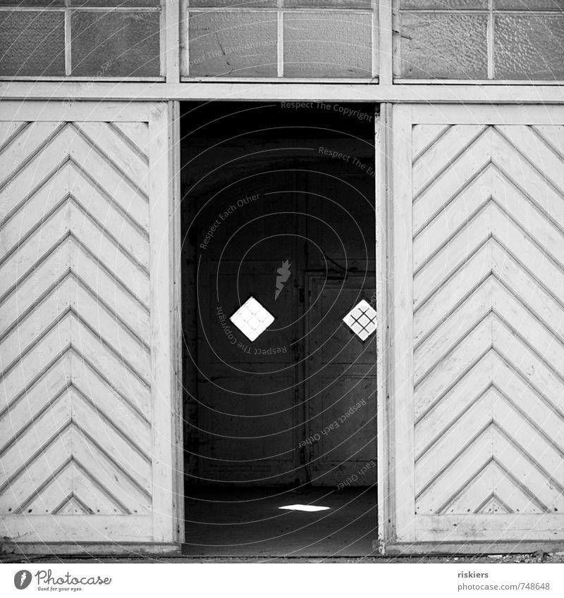 passed and forgotten ii Tor Gebäude Fenster Tür dunkel Stadt Einsamkeit stagnierend Verfall Vergangenheit Vergänglichkeit Zeit vergessen Menschenleer alt