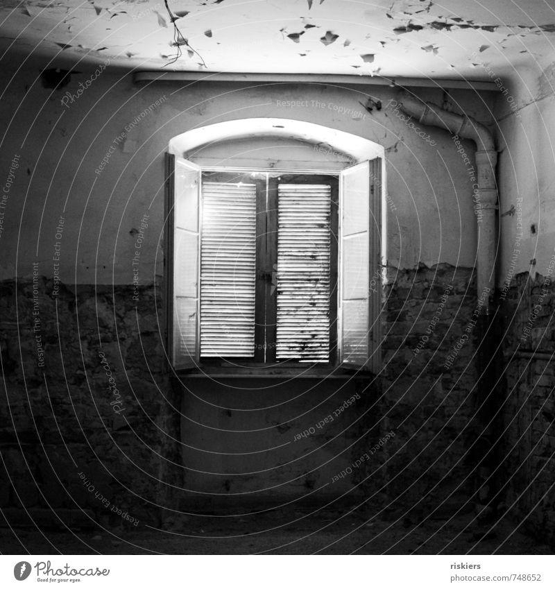 passed and forgotten iii Gebäude Fenster leuchten alt dreckig dunkel gruselig kaputt Stadt Einsamkeit stagnierend Verfall Vergangenheit Vergänglichkeit