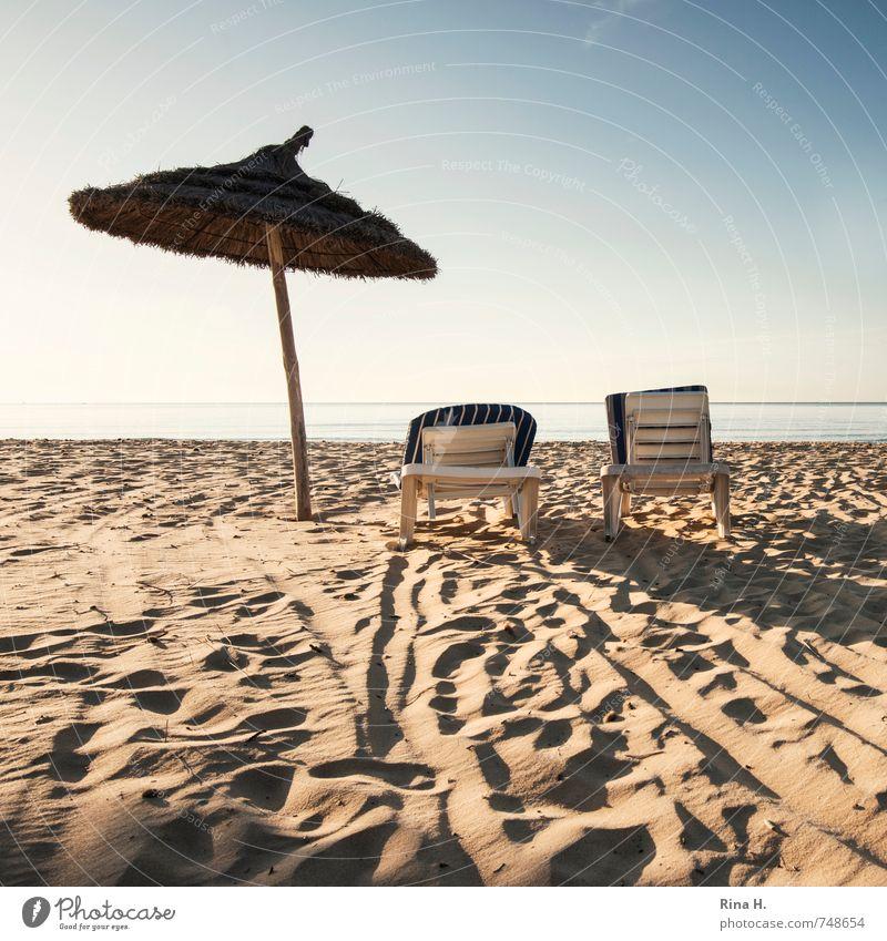VorSaison III Himmel Ferien & Urlaub & Reisen Meer Erholung ruhig Strand Frühling Horizont Zusammensein warten Tourismus Schönes Wetter Spuren Sonnenbad Sommerurlaub Liegestuhl