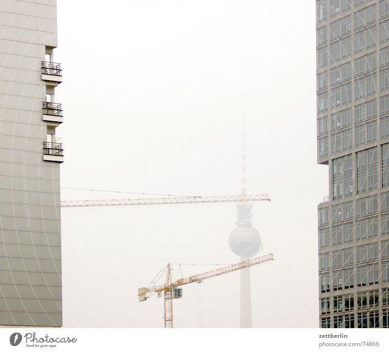 Fernsehturm Berlin Herbst Nebel Hochhaus Fassade Baustelle Mitte Kran Berliner Fernsehturm