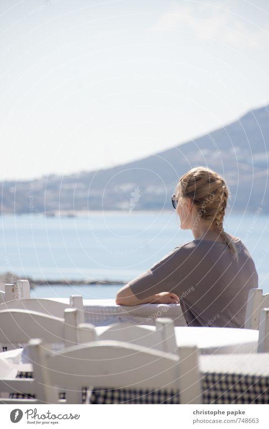 Griechische Gelassenheit Mensch Jugendliche Ferien & Urlaub & Reisen Sommer Sonne Meer Junge Frau Erholung ruhig feminin Zufriedenheit sitzen blond warten