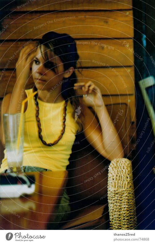 yellow style Stil gelb woman sit sitting toupe sence hair