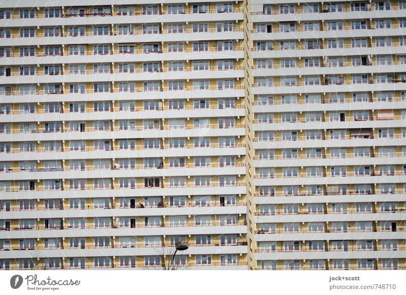 Horizontale vom Plattenbau Architektur Stadthaus Fassade Balkon Beton Streifen DDR Zusammensein hässlich lang modern retro trist Stimmung Macht