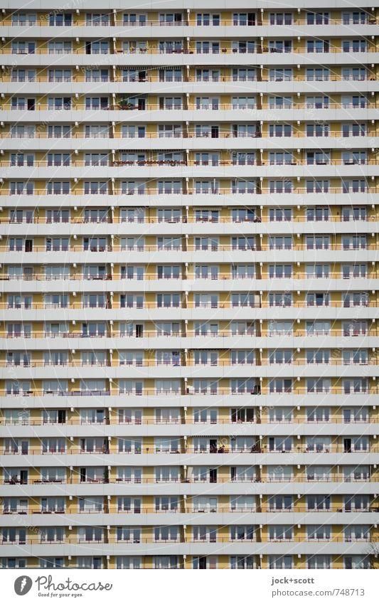 Vertikale vom Plattenbau Architektur Hochhaus Stadthaus Fassade Balkon Beton Streifen DDR hässlich hoch lang modern retro trist viele Stimmung Hemmungslosigkeit