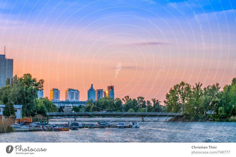 Alte Donau in Wien blau Stadt Wasser Sommer Erholung rot ruhig Gras Zufriedenheit Hochhaus Sträucher Schönes Wetter fantastisch Brücke Fluss Wohlgefühl
