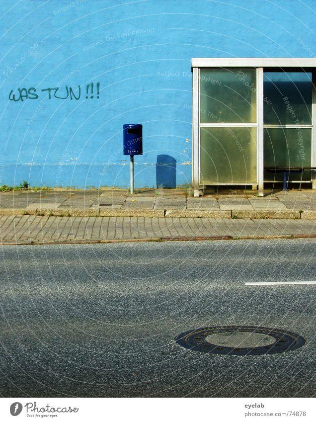 Was tun !!! Wand weiß Müll Grunge Station Gully Bürgersteig grau Stadt Streifen blau blue white trashig Bus glass Straße street Bank grey alt old Mauer