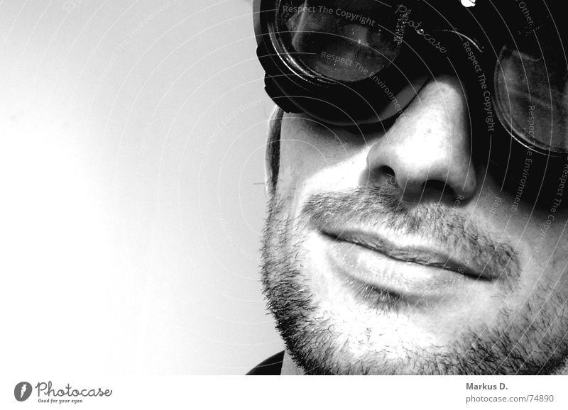 Sky Captain schwarz weiß Brille Schweißermaske Mann Stil Porträt Überbelichtung Gelassenheit Verschmitzt Innenaufnahme Bart Dreitagebart unrasiert Lippen