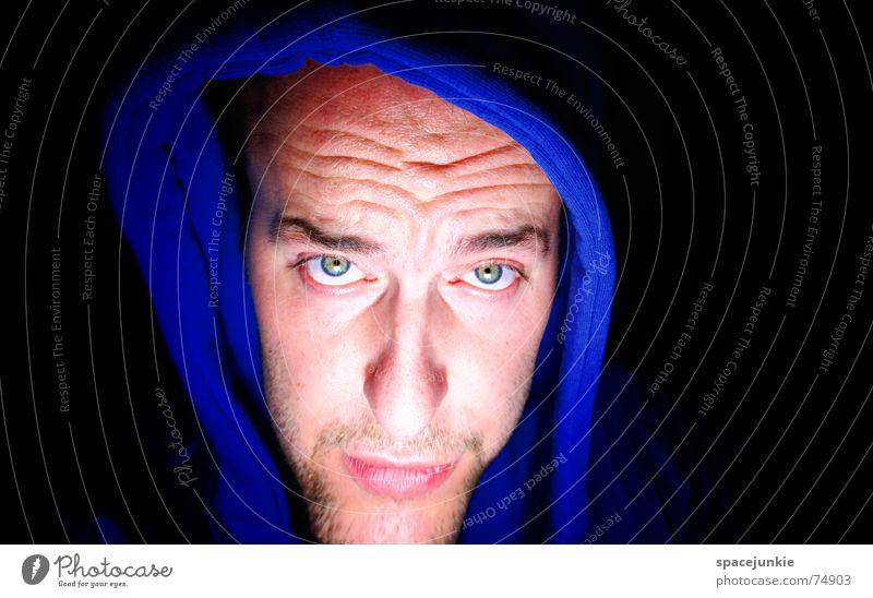 Ein langes Gesicht machen Mann Porträt Kapuze Kapuzenpullover schwarz Freak Angst beängstigend dunkel verrückt Mensch blau böse