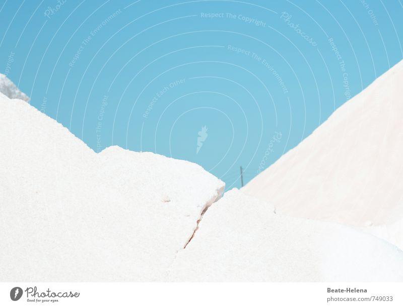 Es geht ein Riss durch Lebensmittel Salz Umwelt Natur Wolkenloser Himmel Sommer Hügel Küste Bewegung blau weiß Saline Mallorca Llevant Telefonmast Bruch Bucht