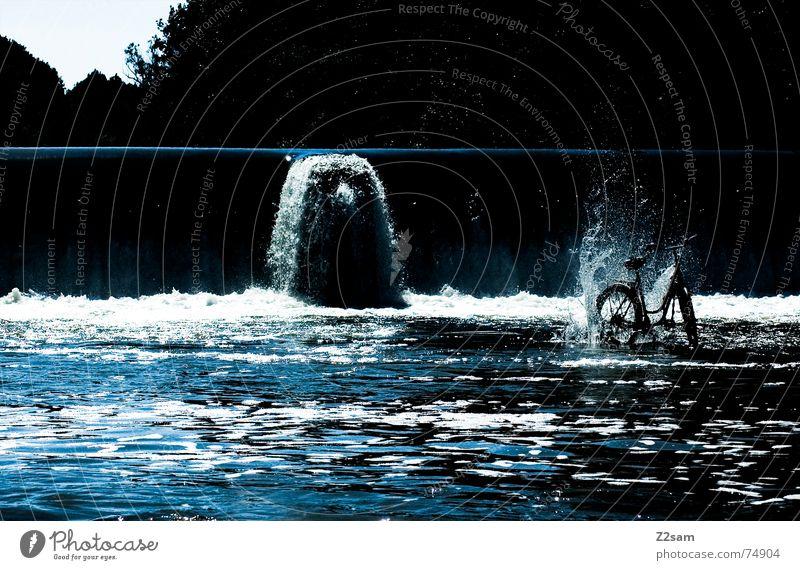 das rad aus der Tiefe Fahrrad stehen Isar Bayern München Wasser Wasserfall Staustufe Fluss blau spritzen Wassertropfen werfen Stein