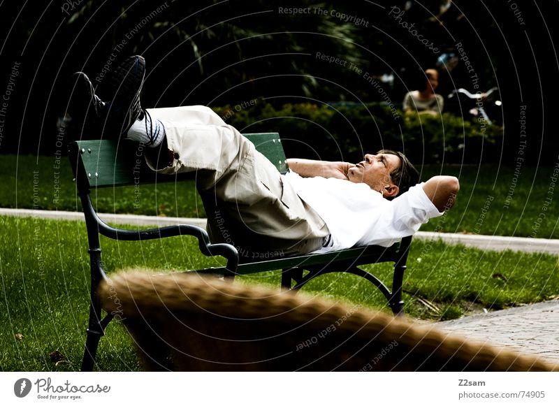 italienisch relaxen Mann Sommer Erholung Park Telefon Pause Bank liegen Italien genießen Telefongespräch kreuzen Gardasee
