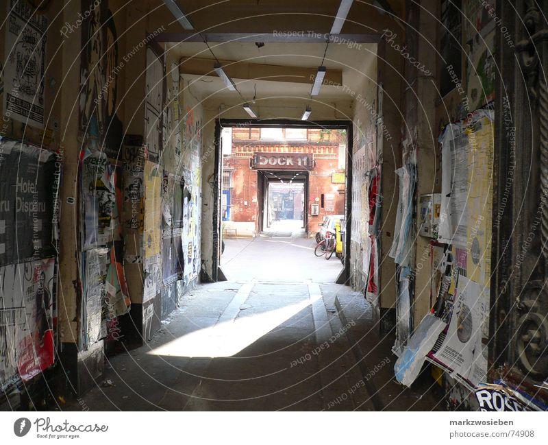 Durchgang zum Tanzstudio Dock 11 Flur Gebäude Hinterhof Plakat Plakatwand Licht Eingang dreckig unordentlich Werbung Berlin verfallen Deutschland PKW Sonne