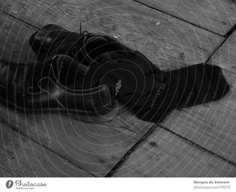 Ist noch Platz... alt schwarz dunkel Schuhe glänzend dreckig Bekleidung trist Bodenbelag Bad Teilung Strümpfe Holzbrett Fuge Furche Leder