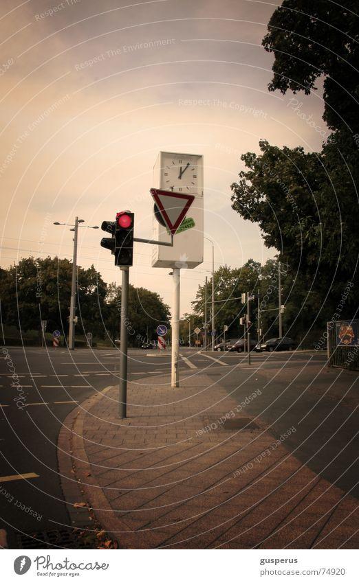 { Rotlicht } Ampel Uhr Bürgersteig Fußgängerübergang leer gehen stehen Mischung vorfahrt beachten wo hin? warten auf grün Ferne