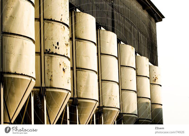 in Reihe und Glied Silo Fass Industriefotografie industriell weiß kaputt gelb Muster abstrakt Stil 2 nebeneinander Dachboden Rost trashig Strukturen & Formen