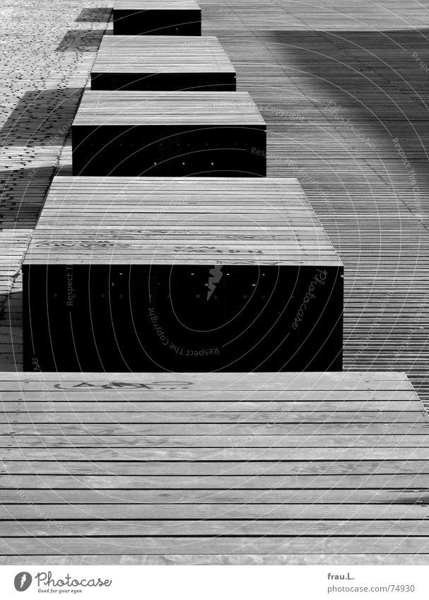 Bänke Bank Platz Holz Quader Stadt Architektur Verkehrswege Dinge sitzen Schatten Linie alter rinderschlachthof kopfsteinplaster Sommer