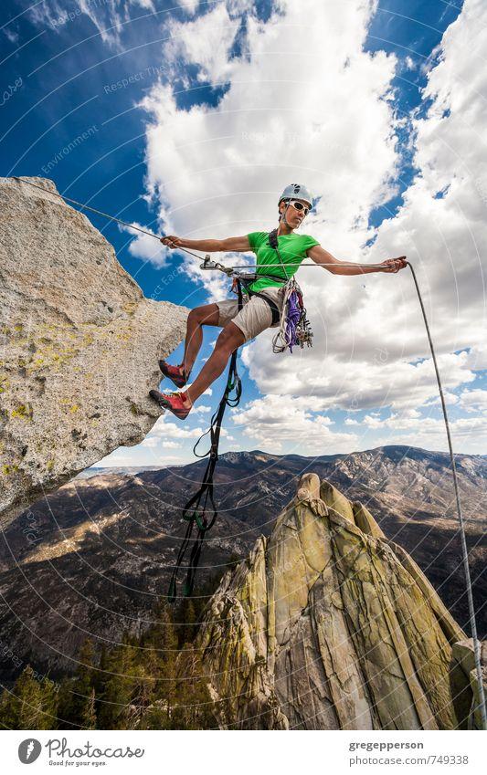 Mensch Wolken Erwachsene Leben Erfolg Abenteuer Klettern Mut Gleichgewicht Bergsteigen selbstbewußt greifen Klippe Tatkraft Helm Führer