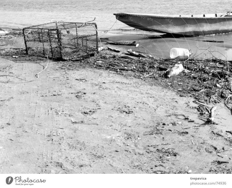 boot Fischerboot Fischereiwirtschaft Strand gestrandet ruhig Fischernetz dreckig leer Schwarzweißfoto boot am strand Wasser Donau Sand Fluss fischsterben