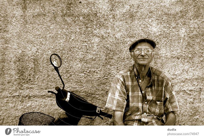 lazy greek morning Mann alt ruhig Erholung warten sitzen Gelassenheit Langeweile Großvater Kleinmotorrad Griechenland mediterran Motorrad faulenzen