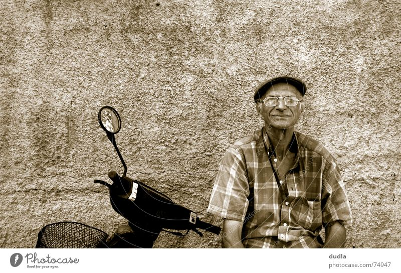 lazy greek morning Mann Großvater Griechenland mediterran ruhig faulenzen Gelassenheit Langeweile alt Kleinmotorrad Erholung warten sitzen