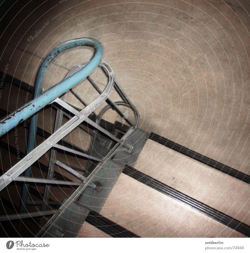 Treppe Haus Häusliches Leben aufwärts Geländer Karriere abwärts aufsteigen Treppenhaus Abstieg Treppenabsatz
