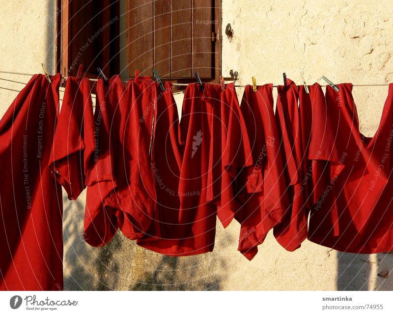 Abendrot Wäsche mediterran Abendsonne Sonnenuntergang wächeleine Signal alarmstufe ein bisschen haushalt ist doch kein problem ich seh rot Wäsche waschen