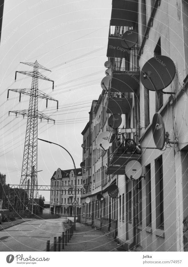 Wer zählt mehr als 17? Häusliches Leben Wohnung Haus Energiewirtschaft Fernsehen Gebäude Architektur Fassade Balkon Satellitenantenne Straße grau schwarz weiß