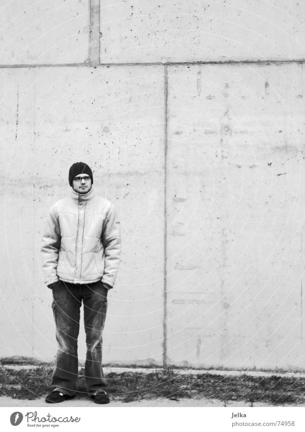 Der Mann vor Beton Fabrik Mensch Erwachsene Bauwerk Gebäude Architektur Mauer Wand Fassade Brille Mütze stehen Europäer Industriefotografie Kopfbedeckung