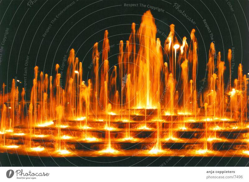 The Fountain Wasserfontäne nass Riga Abend orange