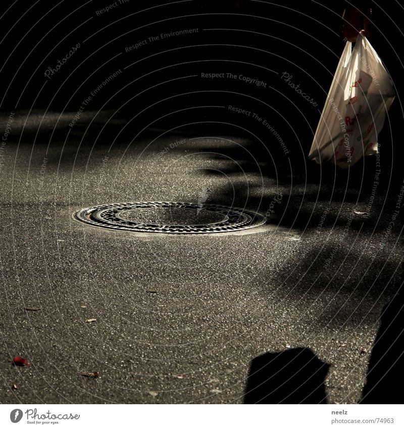 der dritte mann Gully Fußgänger rot Herbst Blatt Straße Schatten Sonne Wege & Pfade plasstiktüte weis