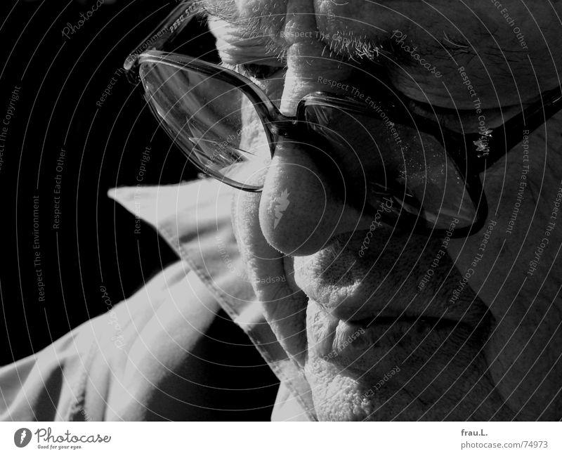 nach Innen sehen Denken Mann Senior Brille ernst Trauer Erinnerung Großvater Sonnenlicht alt Mensch Traurigkeit