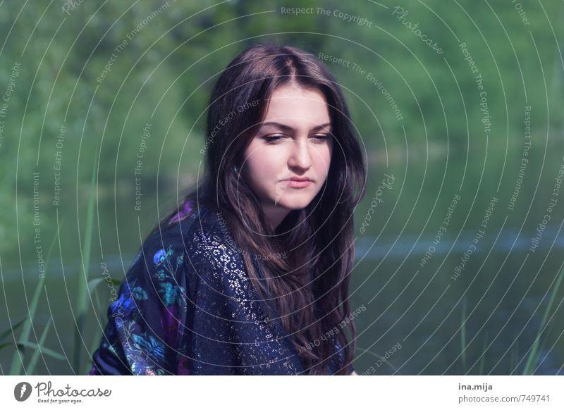 junge dunkelhaarige Frau sitzt in der Natur Mensch feminin Junge Frau Jugendliche Erwachsene Gesicht 1 13-18 Jahre Kind 18-30 Jahre 30-45 Jahre Umwelt Garten