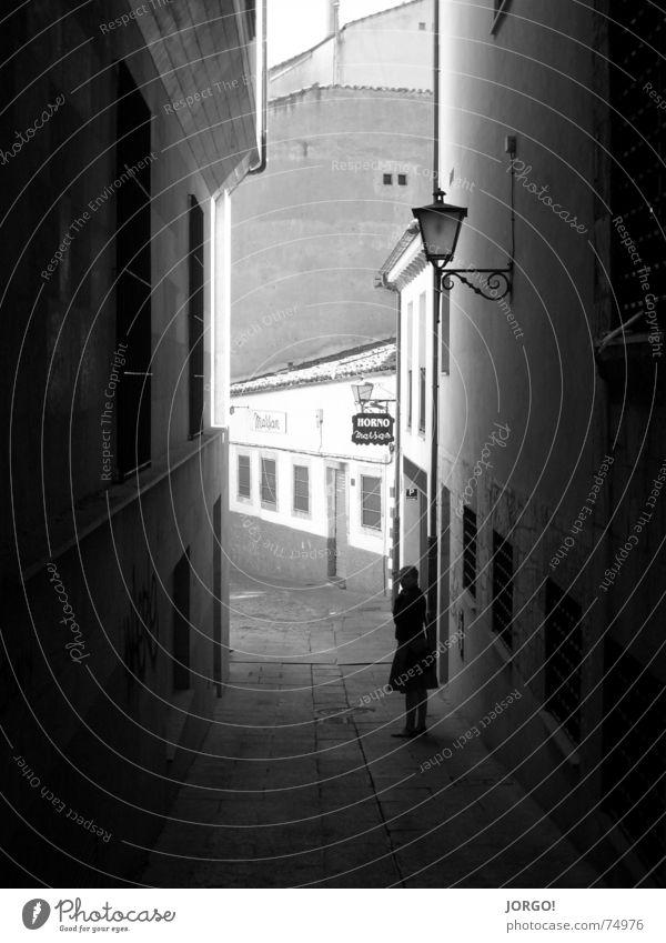 ...durch die Gasse... dunkel Wand Laterne eng Licht hell Wege & Pfade Schatten Pflastersteine Außenaufnahme