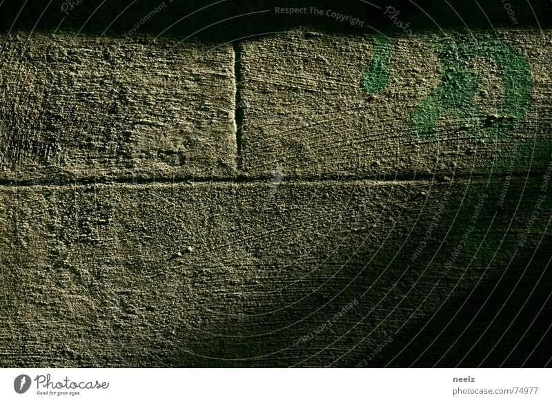 Fluchtweg Licht Mauer diagonal aufregend grün Fuge rau Schatten Sonne herbstlicht grafitti sprühung Seitenlicht Stein und kein bein