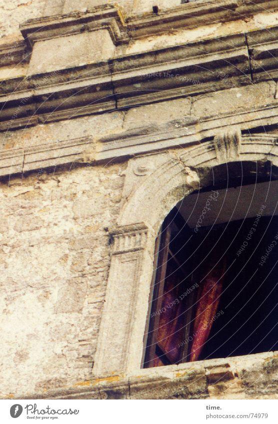 Eben war sie noch da! Farbfoto Gedeckte Farben Außenaufnahme Haus Handwerk Wind Fenster Stein alt rot Altbau Italien Rom Vorhang Wand Sockel unsichtbar