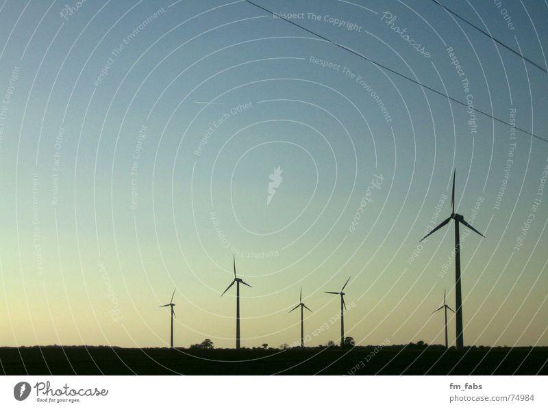fadenscheinig Himmel blau Ferne Wind Elektrizität Windkraftanlage Mühle Erneuerbare Energie