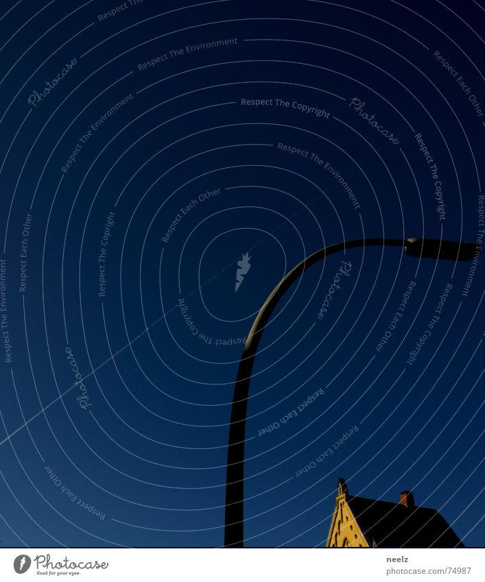 die sture lampe himmelblau weiß Linie Streifen Kondensmilch Kondensstreifen Lampe Braunschweig Haus Straßenbeleuchtung Flugzeug gehen Dachgiebel Fassade Himmel