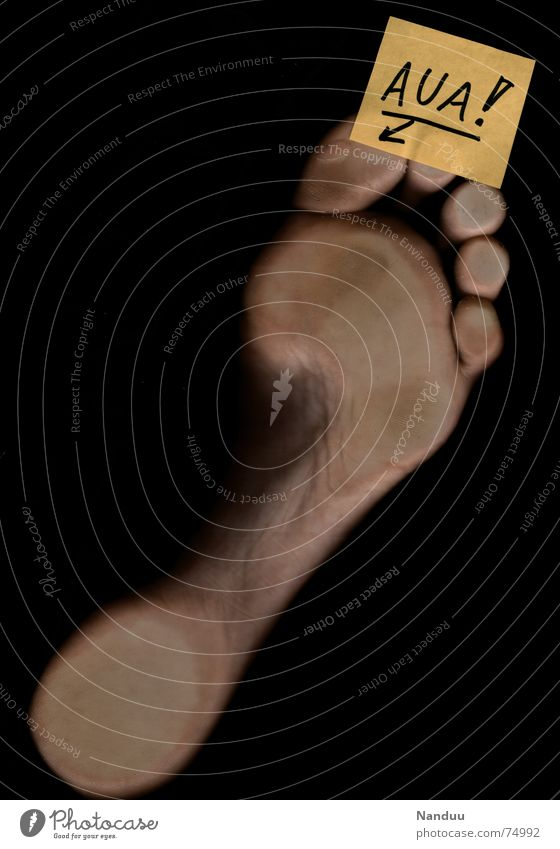 Aua am Fuß Mensch gelb Haut Schriftzeichen Papier Buchstaben Schmerz Fußspur Blase Zettel Barfuß Zehen Schwäche Wunde Körperteile
