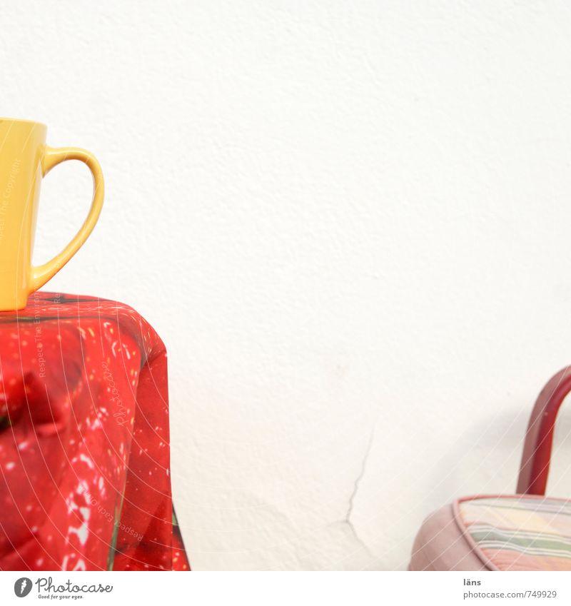 Kaffeepause Becher Tisch Tischwäsche Stuhl Wand verputzt