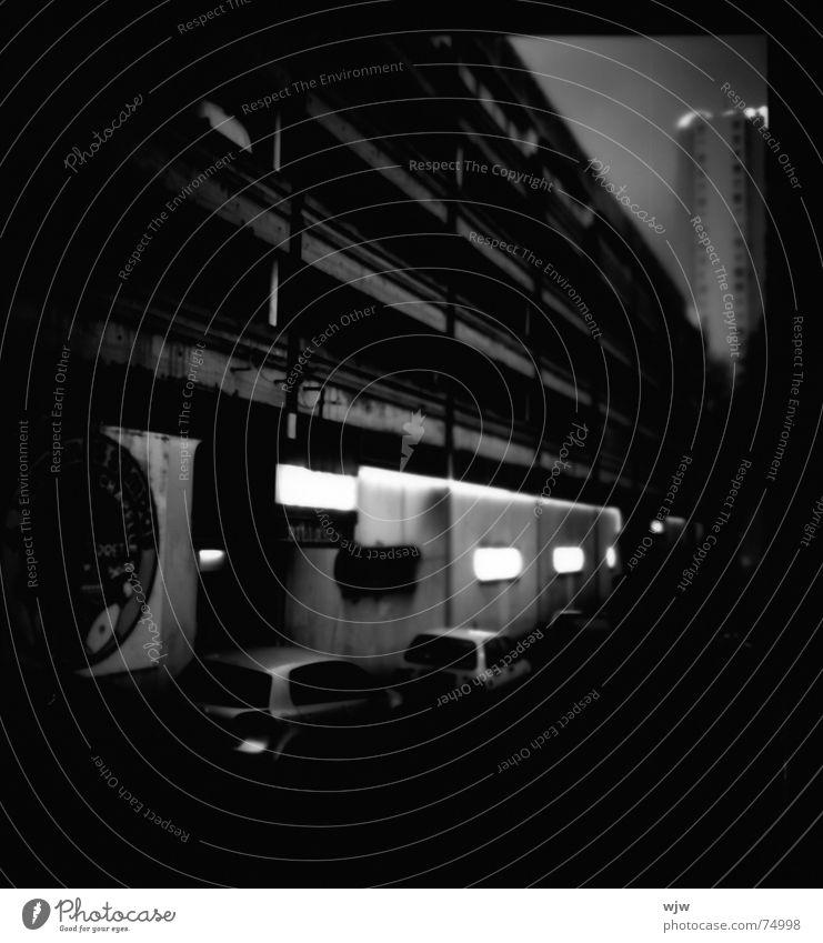 filmreif letztes parkdeck 4 bowling dunkel Regen Parkhaus unheimlich Garage leer Bowling Verfall Gebäude Nacht Licht Lampe Hochhaus Beton Feierabend Bier