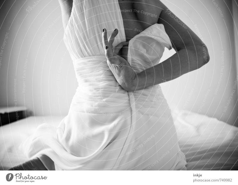 just married Lifestyle elegant Stil Bett Schlafzimmer Frau Erwachsene Partner Leben Rücken Hand 1 Mensch 30-45 Jahre Kleid Brautkleid hocken sitzen Gefühle