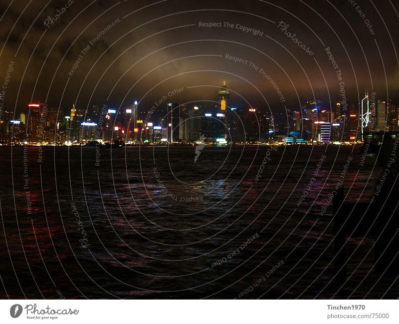 Hong Kong bei Nacht Wasser Stadt Wolken dunkel Stimmung Hafen China Skyline Lichtspiel Hongkong faszinierend