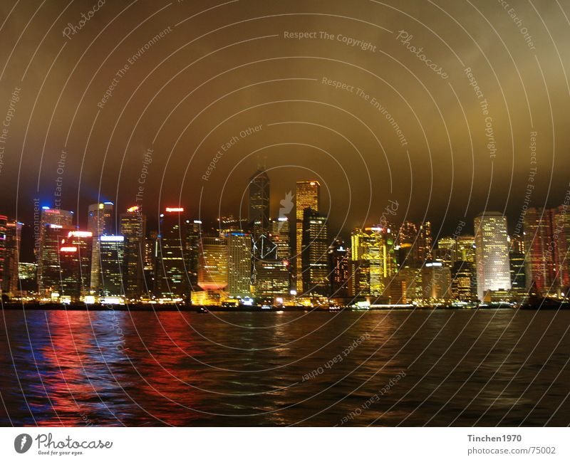Hong Kong bei Nacht 2 Wasser Stadt Wolken dunkel Stimmung Hafen China Skyline Lichtspiel Hongkong faszinierend