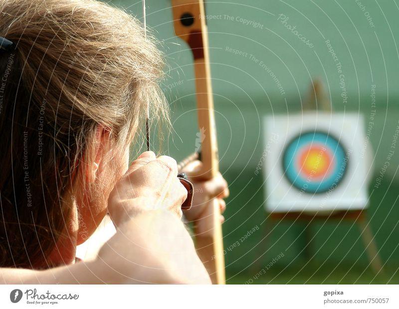 Bogenschützin spannt den Bogen und visiert eine Zielscheibe an Freizeit & Hobby Sport Sportler Bogenschießen Schießen feminin Frau Erwachsene Kopf Arme 1 Mensch