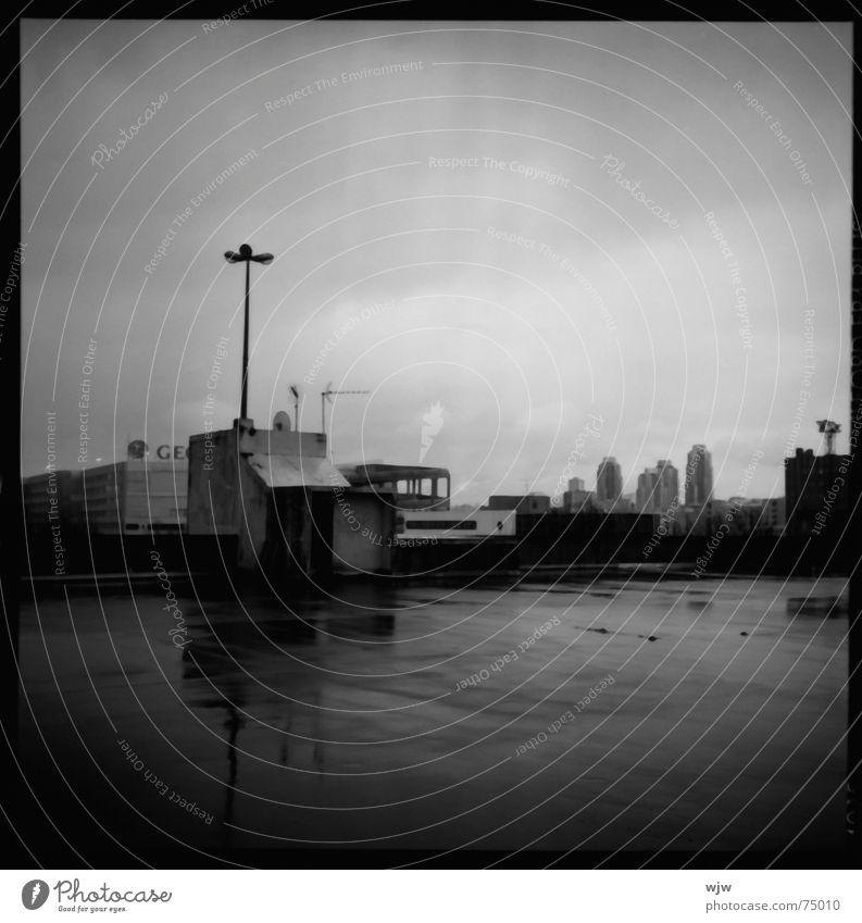 filmreif letztes parkdeck 1 alt Einsamkeit dunkel Regen PKW Gebäude Lampe Beleuchtung nass Beton Hochhaus Perspektive leer analog Quadrat Verfall