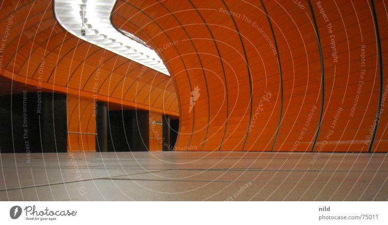 oranger Tunnelblick U-Bahn Windung Froschperspektive Kontrast Überwachung Beleuchtung rund Halbkreis Bahnhof Einsamkeit Überwachungsstaat Lichtführung