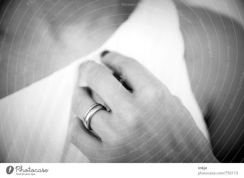 just married Lifestyle Reichtum Stil Frau Erwachsene Partner Leben Hand Frauenhand 1 Mensch 30-45 Jahre Brautkleid Schmuck Ring Ehering brillantring Brillant
